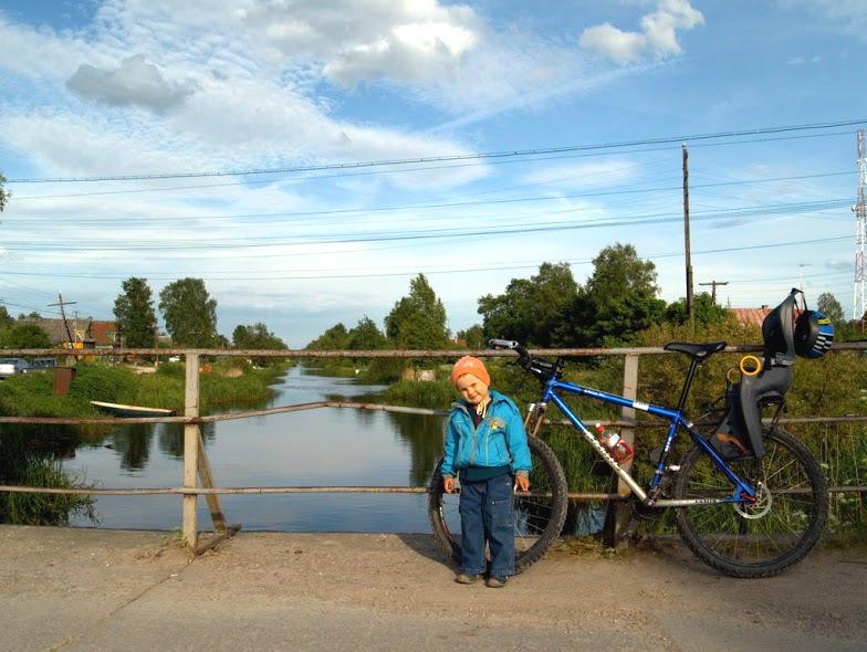 ребёнок и велосипед